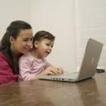 Mutter und Kind im Internet