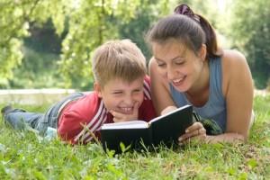 Mutter und Sohn lesen gemeinsam ein Buch