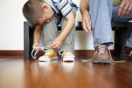 Rückwärts gehen, Schuhe binden: Warum viele Erstklässler mit diesen Aufgaben überfordert sind