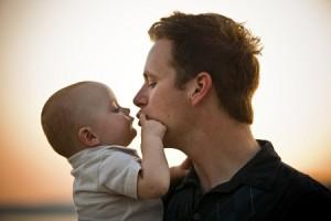 Vater küsst sein Kind