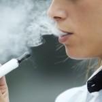 Der Artikel prüft, ob das Dampfen in der Öffentlichkeit gestattet ist.