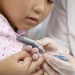 Blutzuckermessgerät am Kind