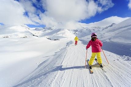 Ab in den Schnee – Wie Familien im Skiurlaub viel Geld sparen können