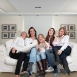 Sofa mit fünf Mädels