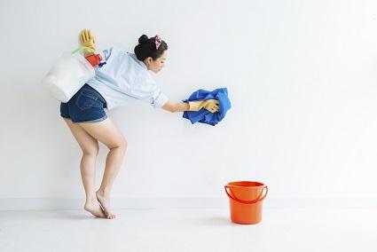 Wisch und Weg: Flecken von Wand und Tapete entfernen