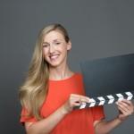 Frau hält Filmklappe