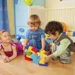 Spielende Kinder in der Kita