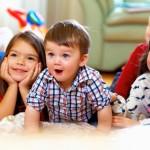Vier Kinder lauschen gespannt einer Geschichte