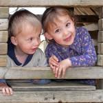 Kinder spielen auf dem Bolzplatz
