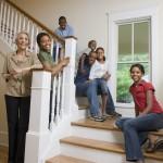Familie im Treppenhaus