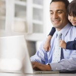 Junge schaut seinem Vater beim arbeiten zu