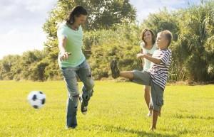 Familie beim Fußballspiel