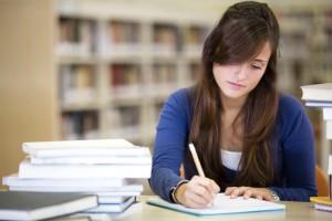 Frau studiert in der Bibliothek