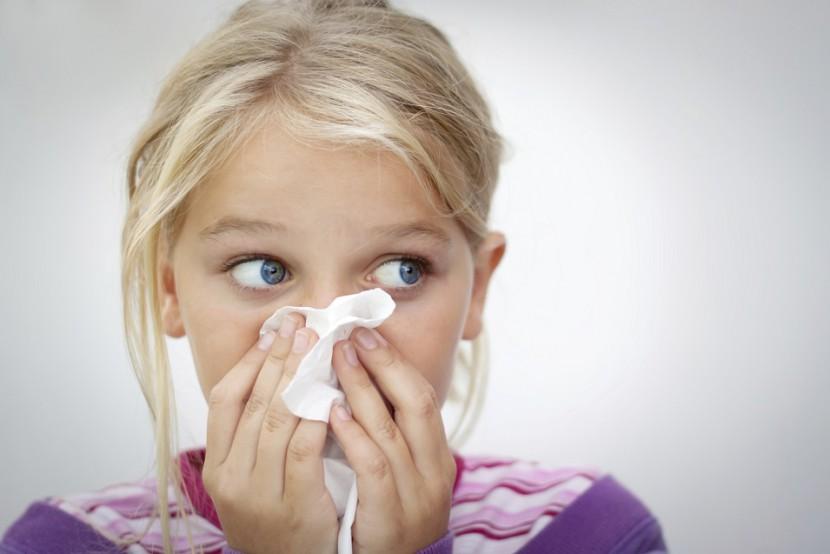 Husten, Schnupfen, Heiserkeit: So behandelt man die Erkältung bei Kindern