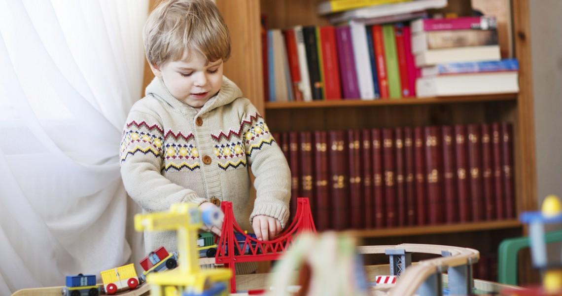 Holz oder Plastik? Worauf es beim Spielzeugkauf ankommt