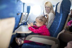 Der Urlaub naht: Kinder im Flugzeug